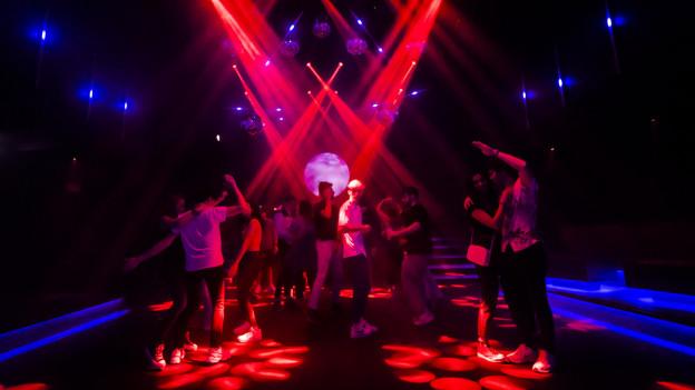 Leute tanzen in einer Disco