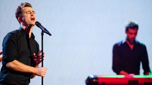 Gustav auf einer Bühne am Singen