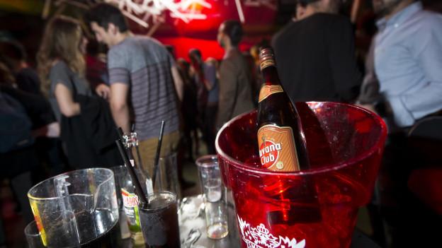 Menschen trinken in einem Club Drinks