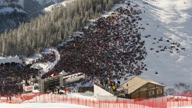 Luftbild von Publikum am Skirennen