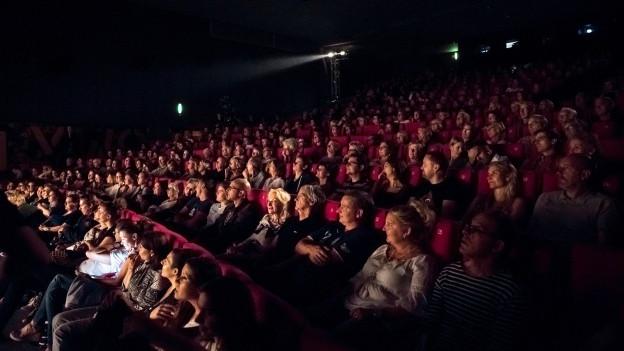Menschen schauen einen Film