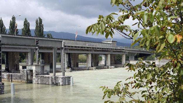 Schleuse Port: Noch zu viel Wasser in der Aare für die Schifffahrt.