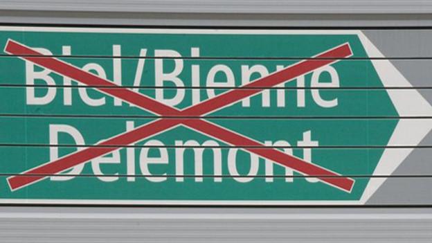 Autobahntafel mit Biel/Bienne/Delemont