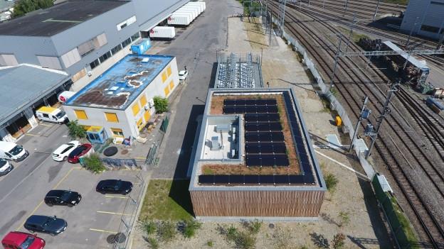 Blick von oben auf neue Schaltstation mit Photovoltaik-Anlage