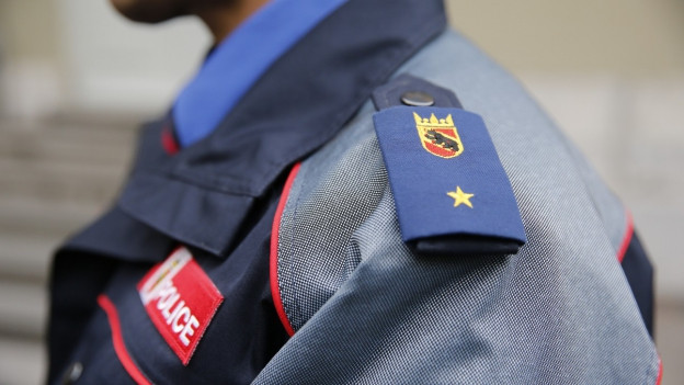 Das Bild zeigt einen Polizisten der Berner Kantonspolizei.