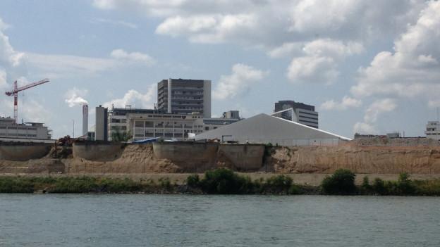 Bauzelte, Novartis-Gebäude im Hintergrund.
