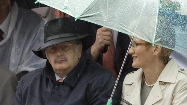 Adrian Ballmer während einer Aufführung im Regen neben Sabine Pegoraro