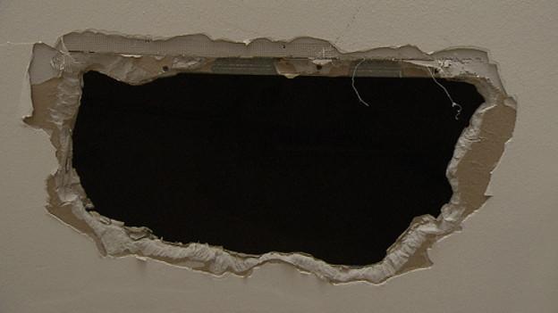 Das Loch in der Decke eines Nachbarn - Hier kamen die Ausbrecher durch