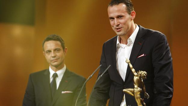 Captain Marco Streller und Präsident Bernhard Heusler nehmen für den FCB den Preis entgegen.