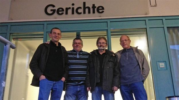 vier betroffene Grenzgänger bei Stöcklin vor dem Gericht