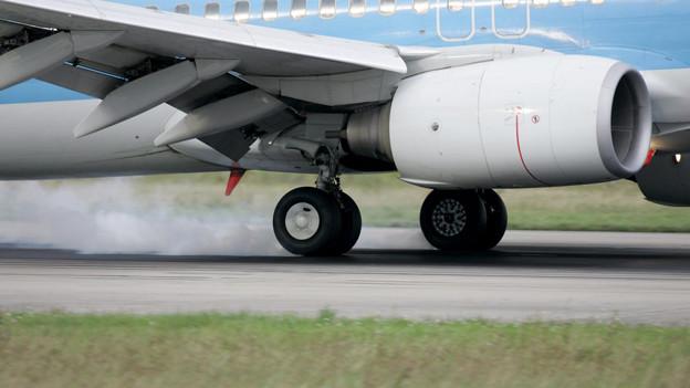 Landung einer Boeing 747 auf der Piste des EuroAirports.
