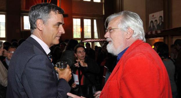 Sein roter Kittel ist sein Markenzeichen: Urs Müller im Gespräch mit Regierungspräsident Guy Morin.
