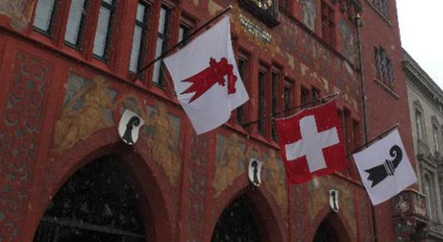 Basler Rathaus mit den beiden Kantonsflaggen