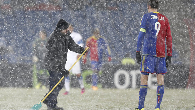 Zweimal musste das Spiel wegen dem starken Schneetreiben unterbrochen werden