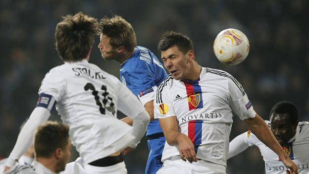 Umkämpfter Ball im Spiel gegen Dnipro