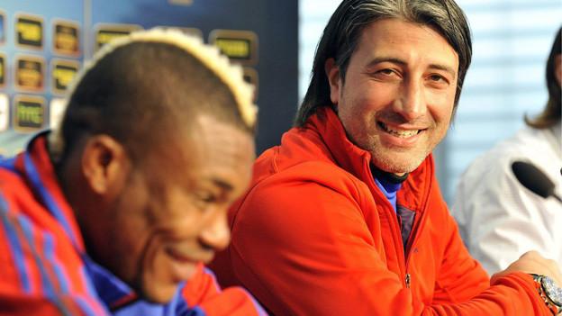 FCB-Spieler Serey Die und Trainer Murat Yakin lachen an MK.