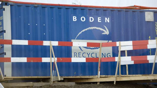 Container für Bodensanierung bei Deponie Le Letten.