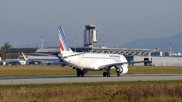 Landendes Flugzeug am EuroAirport