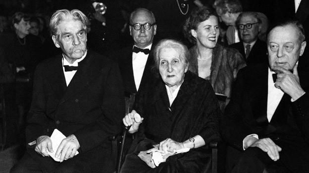 Albert Schweitzer mit Ehefrau Helene und Gunnar Jahn vom Nobelpreis-Komitee 1954 in Oslo