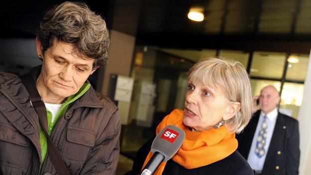 Der bekannteste Schweizer Whistleblow-Fall: Esther Wyler und Margrit Zopfi nach dem Schuldspruch vor dem Zürcher Obergericht.