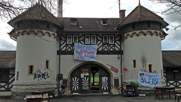 Das Schiessplatz-Gebäude Allschwilerweiher wird seit Freitag besetzt.