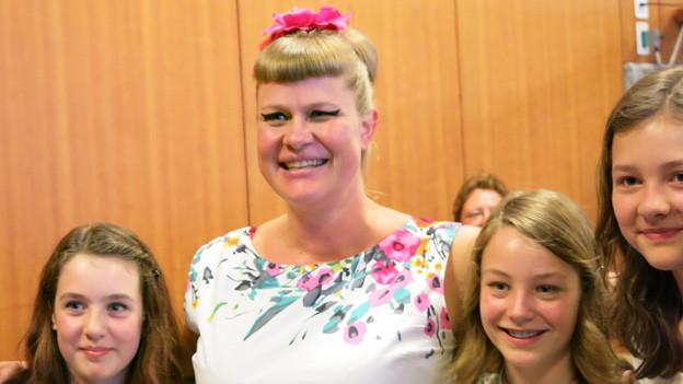 Nicole Bernegger mit jugendlichen Fans.