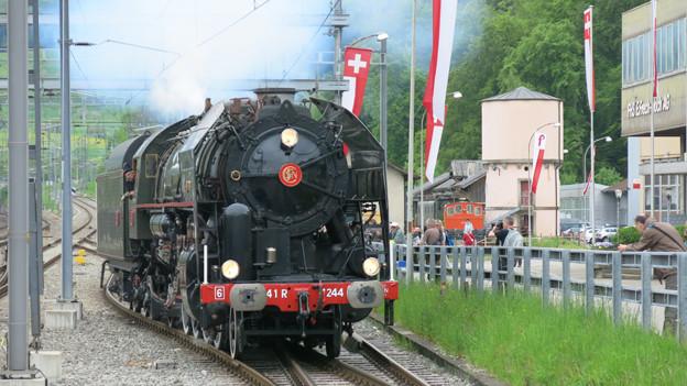 Dampflokomotive Mikado fährt in Bahnhof Sissach ein