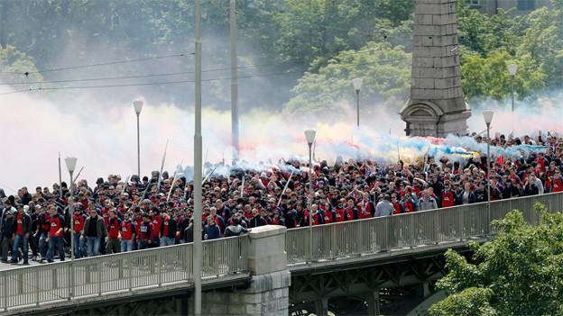 FCB Fans auf ihrem Marsch in Bern zum Cupfinal gegen GC.