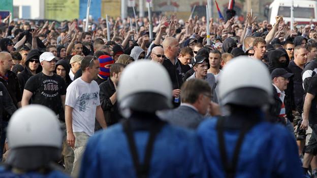 Basler Fans marschieren in Zürich zum Stadion Letzigrung.