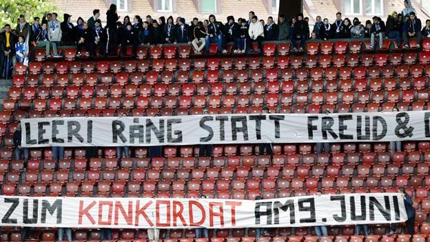 Abstimmungskampf in Zürich auf Stadionrängen gegen Konkordat.
