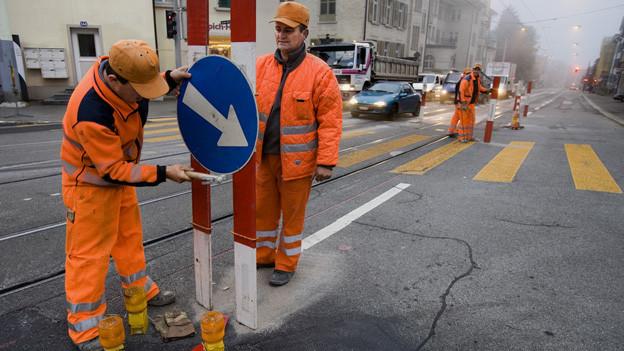 Bauerbeiter im Strassenverkehr.