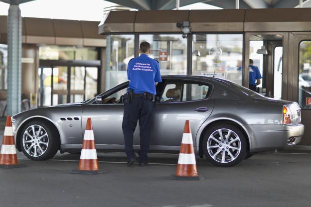 Grenzwächter begutachtet Einkaufstourist