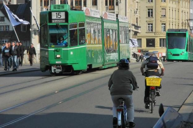 Velofahrer und Tram auf Basler Brücke