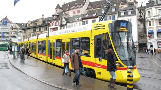 Tango Tram der BLT am Barfüsserplatz