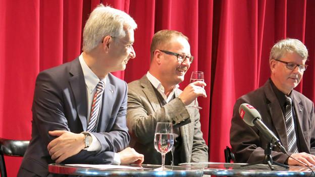 Samuel Holzach (links) und Rudolf Grüninger (rechts) stellen Andreas Beck vor.