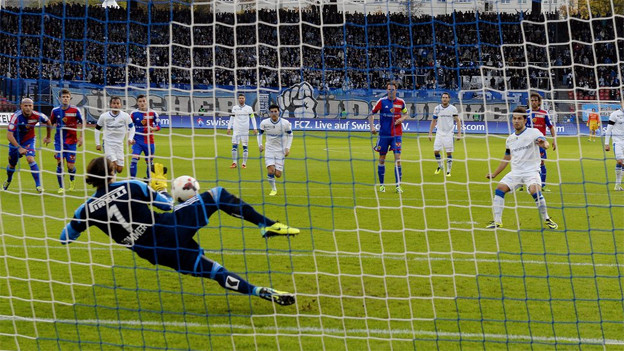 Basler Goaly Yann Sommer hält den Penalty des Zürchers Davide Chiumiento.