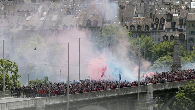 Basler Fans auf Fanmarsch vor Cupspiel gegen GC