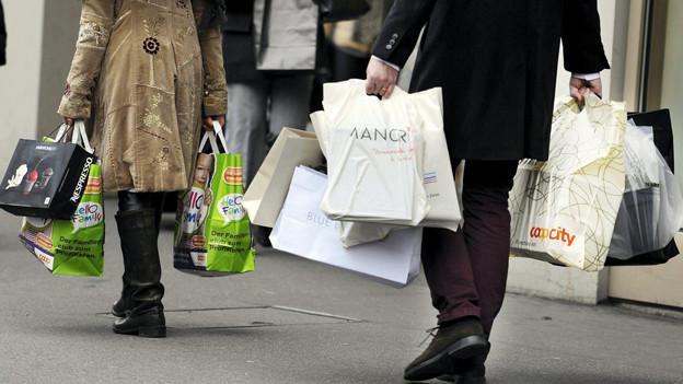 Volle Einkaufstaschen gab es auch am Sonntag in Basel