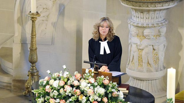 In der evangelisch-reformierten Kirche gang und gäbe: Pfarrerin biem Trauergottesdienst.