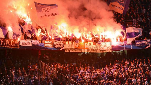 Schalke-Fans im Joggeli - Neu gilt bei Hochrisikospielen absolutes Alkoholverkaufsverbot.