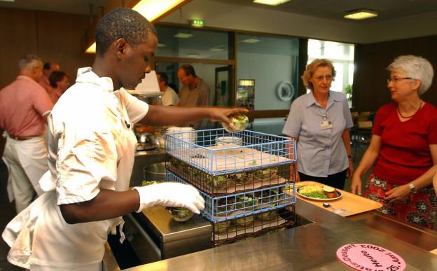 Asylbewerber arbeiten in Küche
