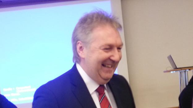 Hansjörg Wilde feiert sein gutes Resultat im ersten Wahlgang.