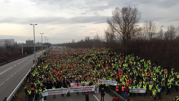 Tausende Grenzgänger blockieren die Autobahn