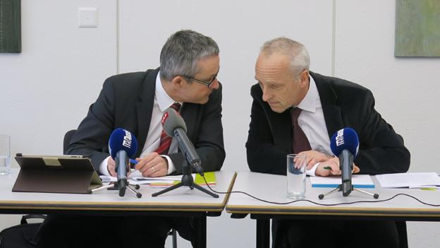 Gesundheitsdirektro Thomas Weber und VR-Präsident Dieter Völlmin an der Medienkonferenz vom Donnerstag