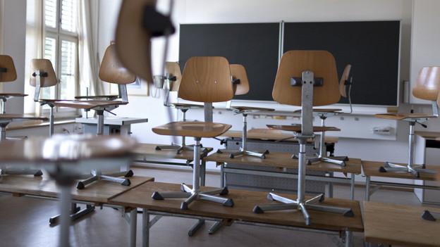 Schulzimmer mit Stühlen auf den Pulten