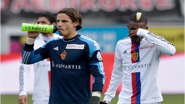 Enttäuschter FCB-Goali Yan Sommer (links) und Spieler Geofrey Serey Die.