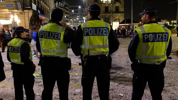 Vier Polizisten in der nächtlichen Fasnachtsstadt