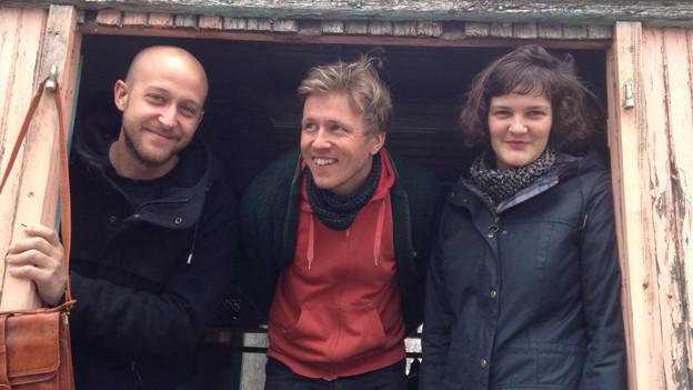 Lukas Zitzer, Fritz Rösli und Sarina Scheidegger schauen aus dem «Wagen für Nichts»