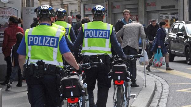 Polzisten mit Velo in der Innestadt