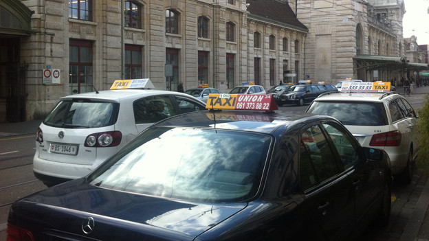 Am Bahnhof SBB stehen die Taxis dichtgedrängt.